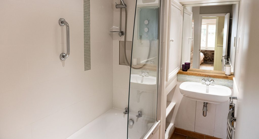 Apartment-outrigger-bathroom